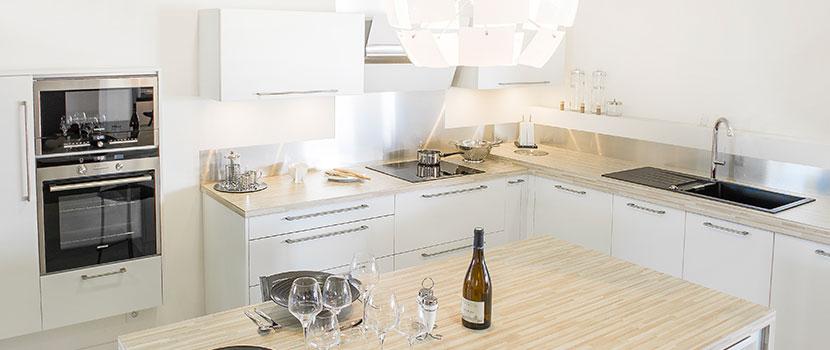 Cuisine moderne blanche et bois, posée par Gaigneux à Bain de Bretagne